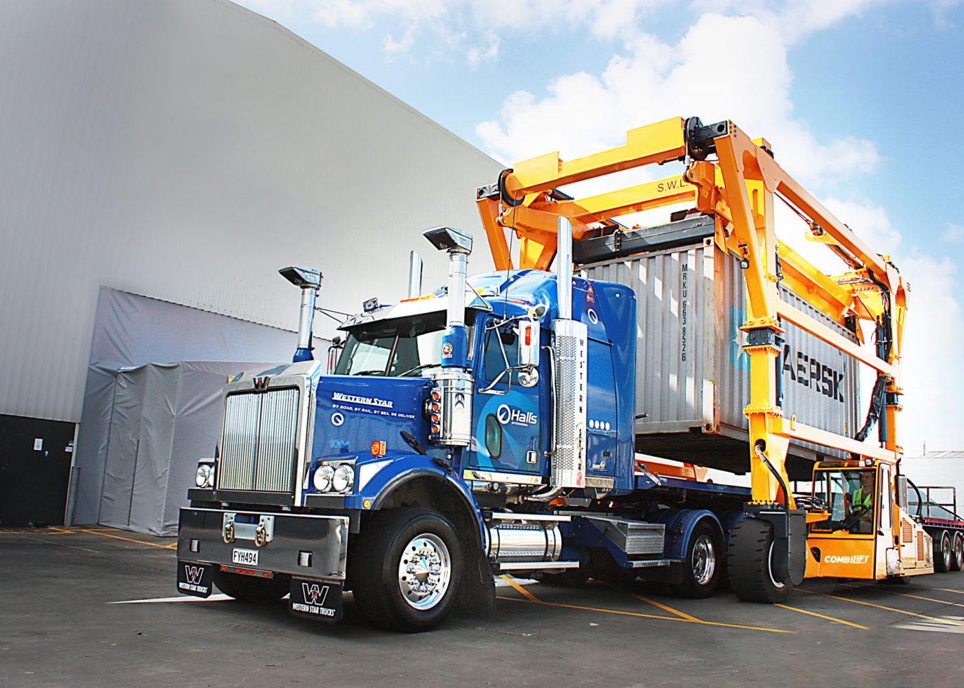 Combilift – COMBI-SC – Straddle Carrier - Handling Containers - Loading Truck